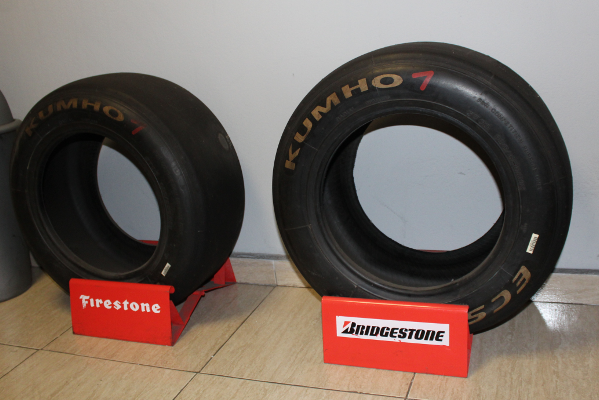 Expositor modelos Bridgestone y Firestone